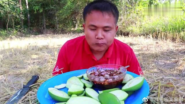 泰国吃货大叔试吃现切青芒片,蘸上秘制酱料,吃起来贼酸爽!