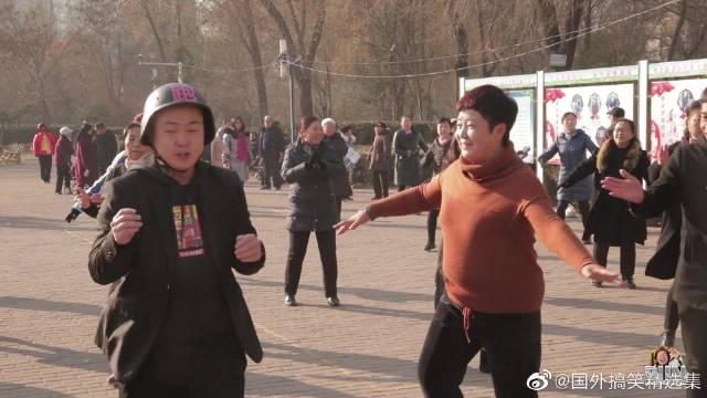 跑腿小哥接单陪大妈跳广场舞,舞姿太美令人哭笑不得!