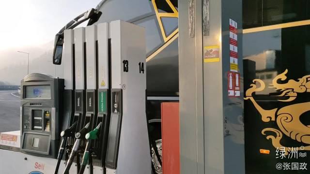 在意大利,加油站无人值守,由司机自助完成付款、加油等动作