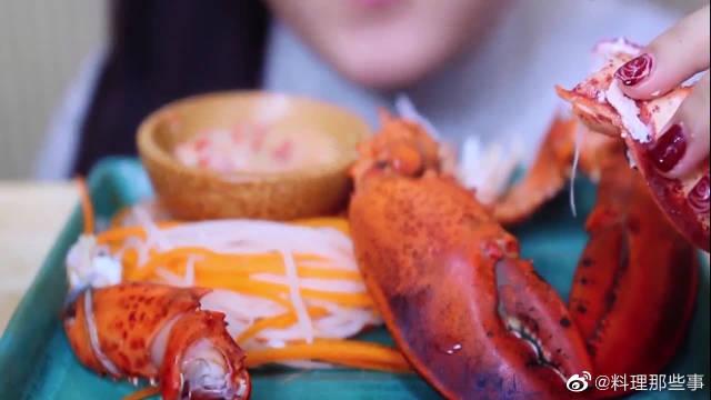 漂亮小姐姐吃龙虾钳子,掏出肉蘸点酱,肉质真的很鲜美!