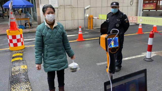 医院门口采用了远红外线测温仪,人站在一米外即可检测温度
