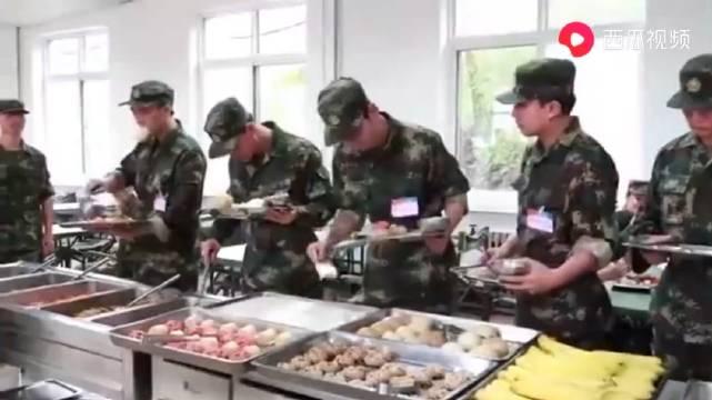 新生军训的李易峰,最盼望着中午开饭,打菜手法像极了食堂大妈