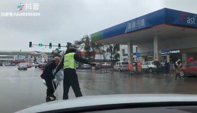 给力!网友路过清镇拍摄到执法交警暖心一幕