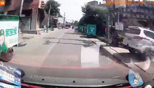 这一下给车主吓得不轻,还好车速都不快,停住了