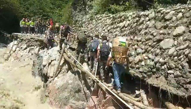 救援人员经过五个多小时到达穆坪镇新民村,架了九座简易木桥