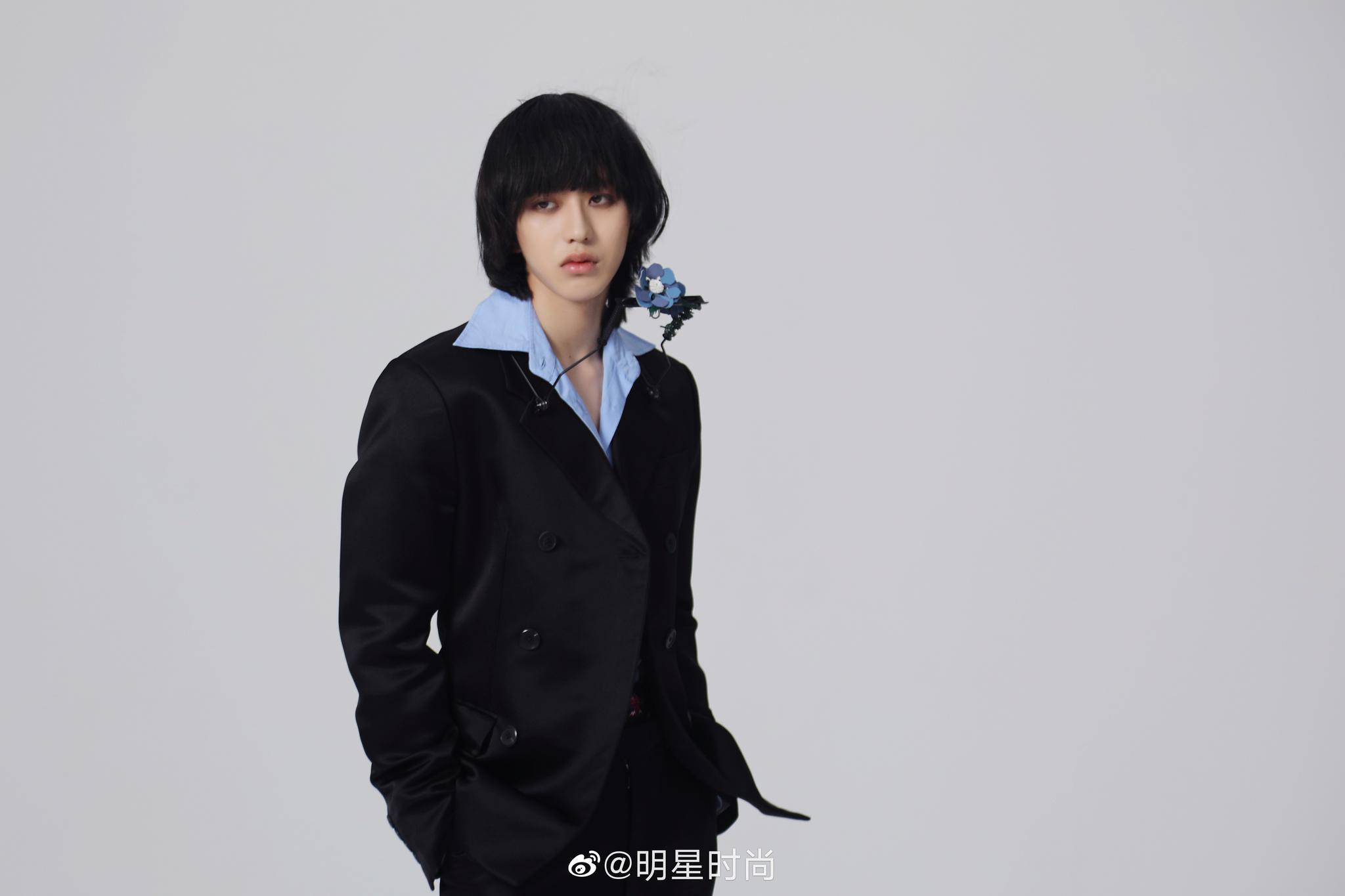 蔡徐坤时尚大片,演绎复古潮流风格,尽显年轻自信态度!