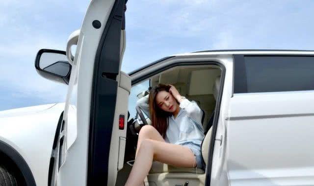 大众车模穿蓝白上衣,搭牛仔裤,展露甜笑