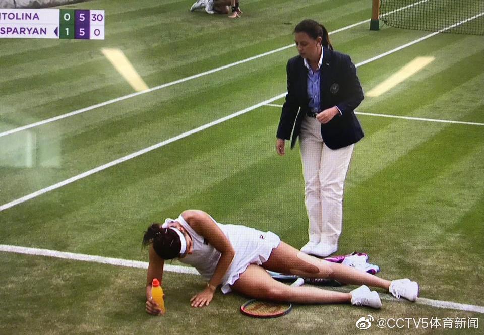 女单第二轮,加斯帕艳在7:5/5:5时不慎摔倒,无法起身