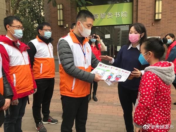 剪纸、绘画、制作袖套,禅城小朋友用爱心温暖一线志愿者
