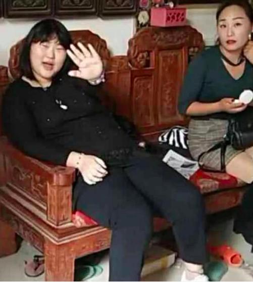 """""""大衣哥""""朱之文家庭聚会,女儿坐姿被喷太丑没坐相"""