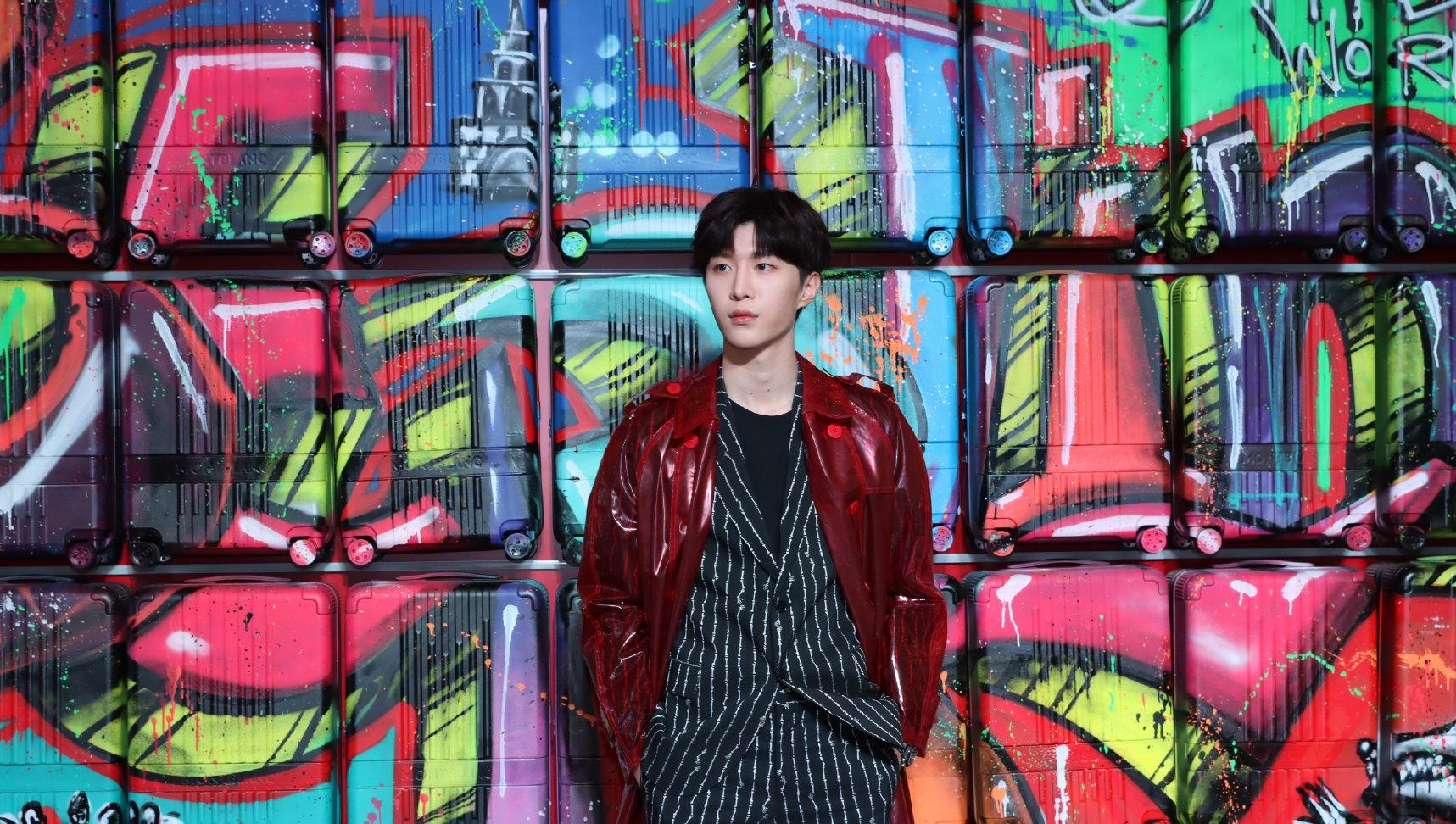 范丞丞今日活动图,红色PVC外套搭配黑色条纹西装,弟弟身材比例不错