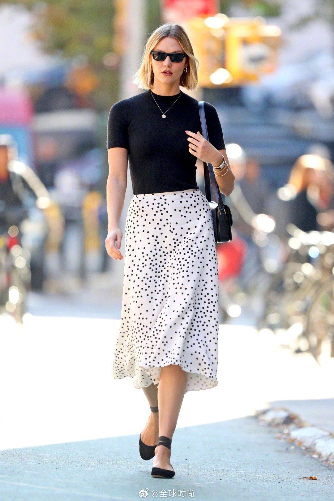 """出街LOOK,黑色打底+白色波点裙,""""大家都能穿""""系列。"""