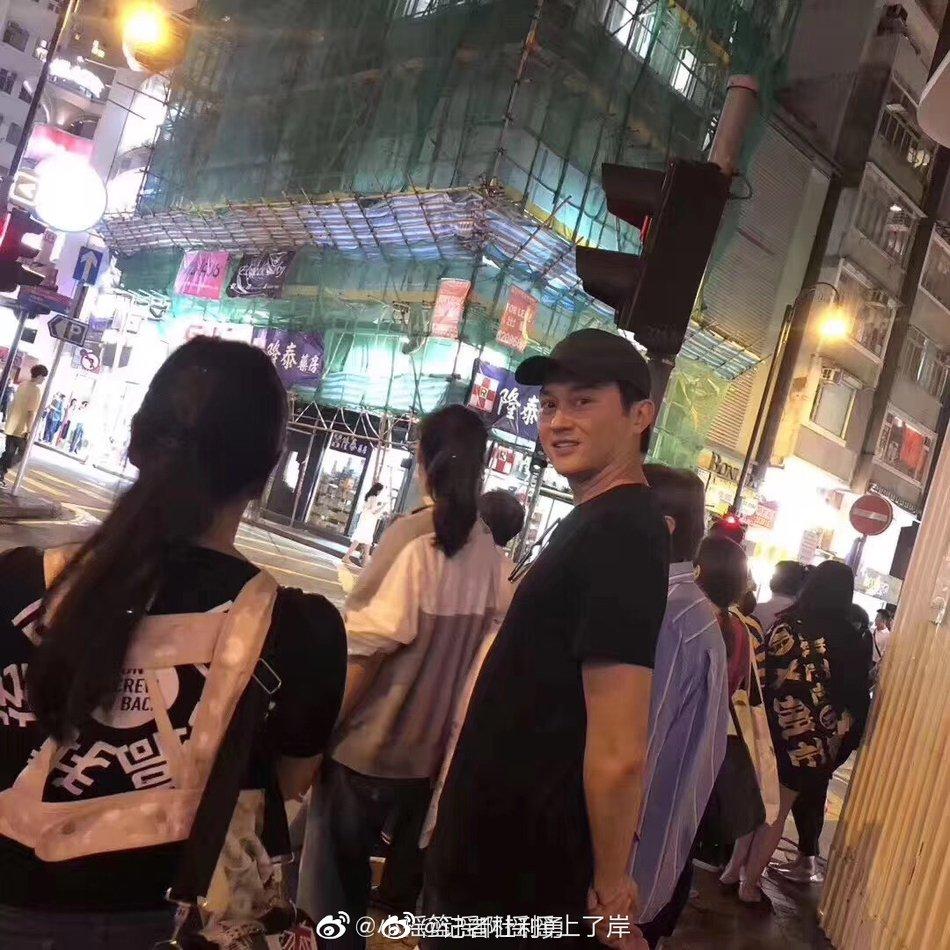 网友街头偶遇袁咏仪夫妇 张智霖情深望妻脸十分甜蜜