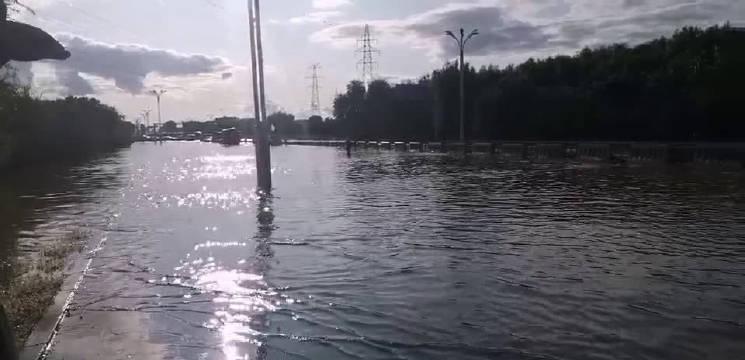 哈尔滨市先锋路出城方向,道路积水严重,周边厂区进水