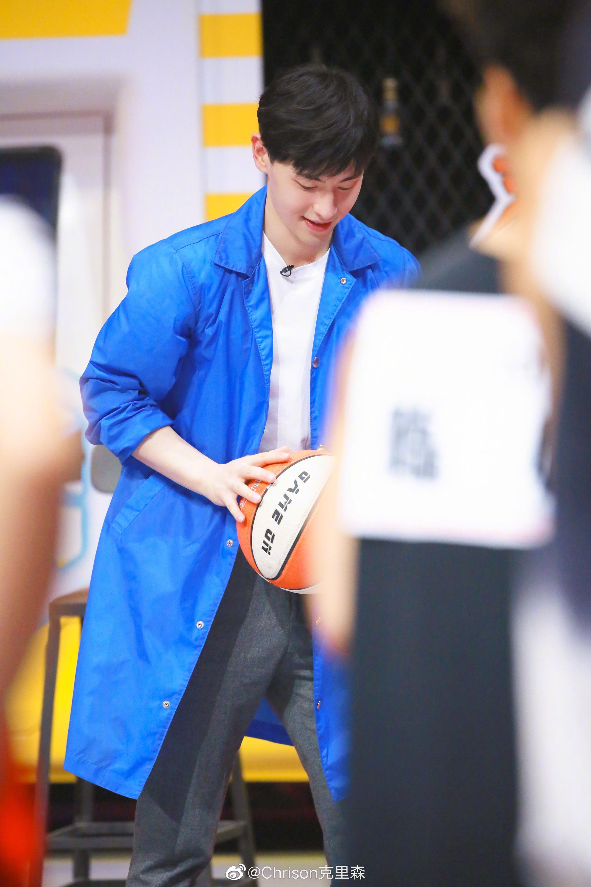 在今晚即将首播的《我要打篮球》里,邓伦穿了蓝色薄风衣加白Tee