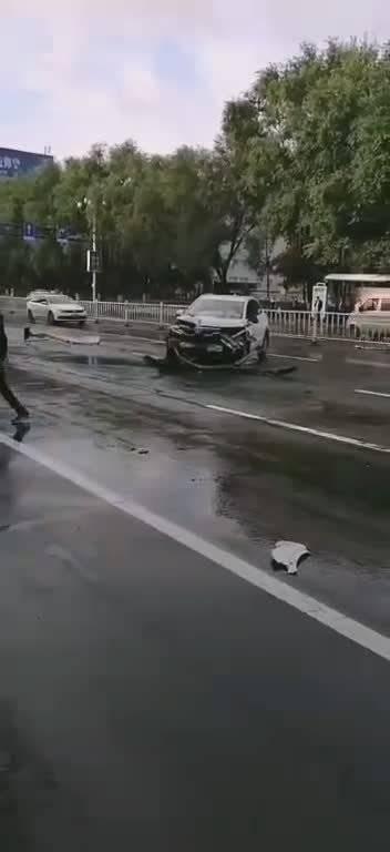 网友爆料:今早吉林市越山路发生一起车祸