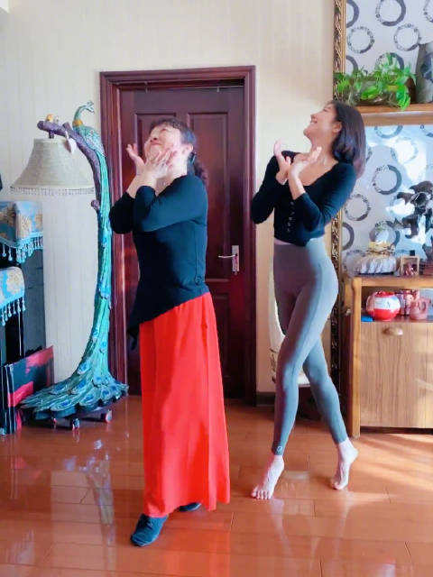 在家带麻麻跳舞麻麻简直一身艺术细菌……