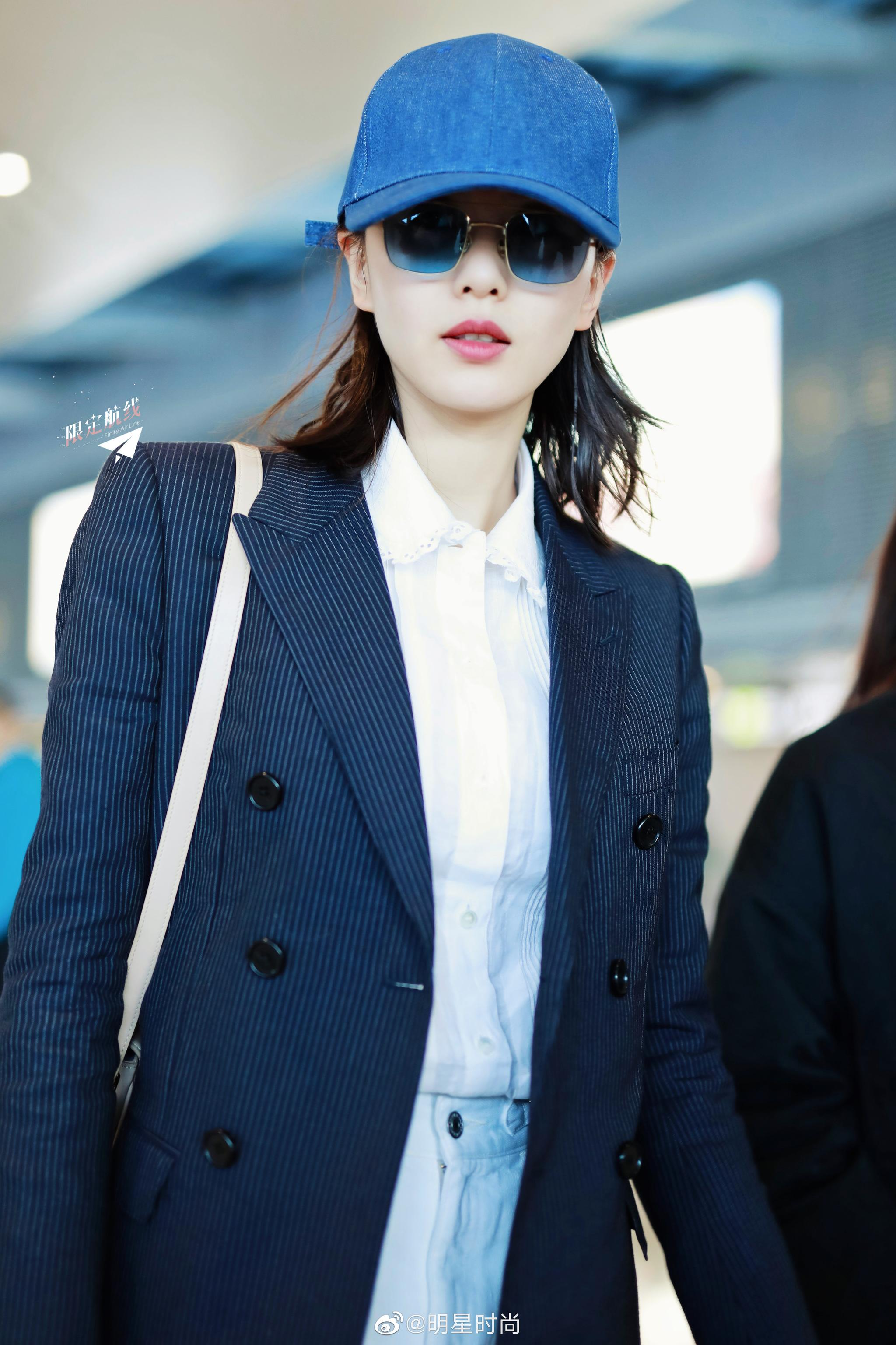 10月8日,刘诗诗现身上海机场,她身穿黑色西服搭配白色阔腿裤