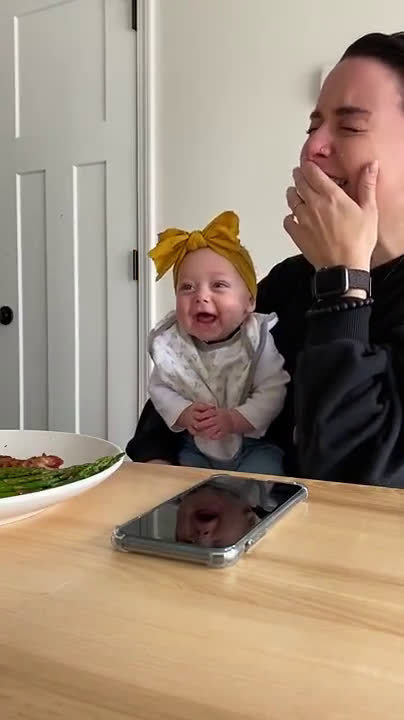 4个月大的宝宝第一次咯咯笑出声,旁边的妈妈跟着一起开心到飙泪了