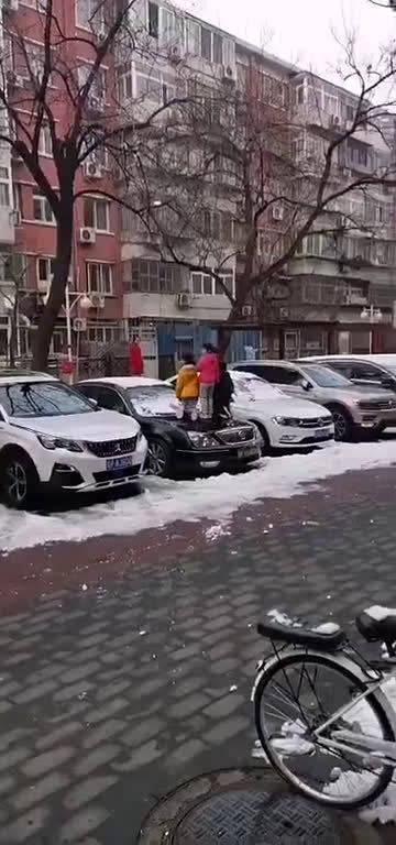 最怕熊孩子没站稳摔下来,然后他们父母找车主要赔偿