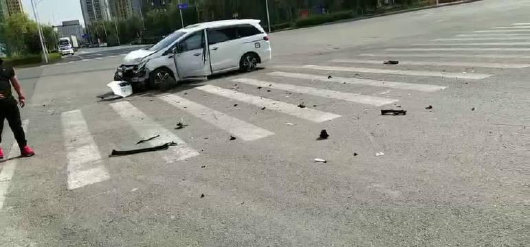 沈阳沈北新区总部基地附近发生车祸!