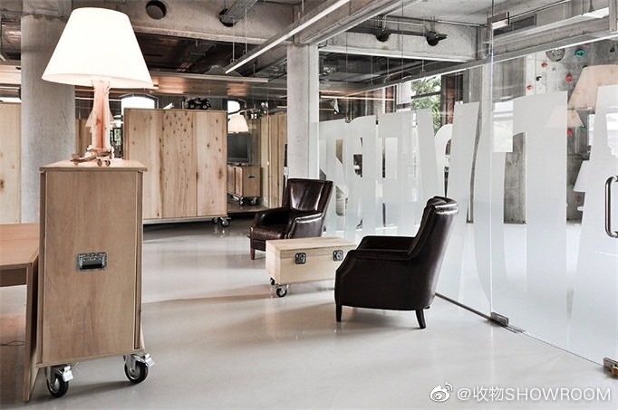 罗马尼亚Headvertising办公室这间办公室的主题是货运集装箱和包装盒