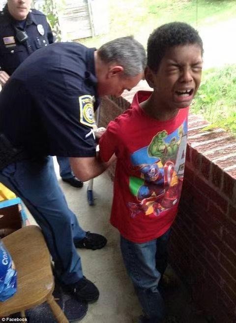 美国佐治亚州哥伦布的10岁少年因为不做作业,老爸打了911