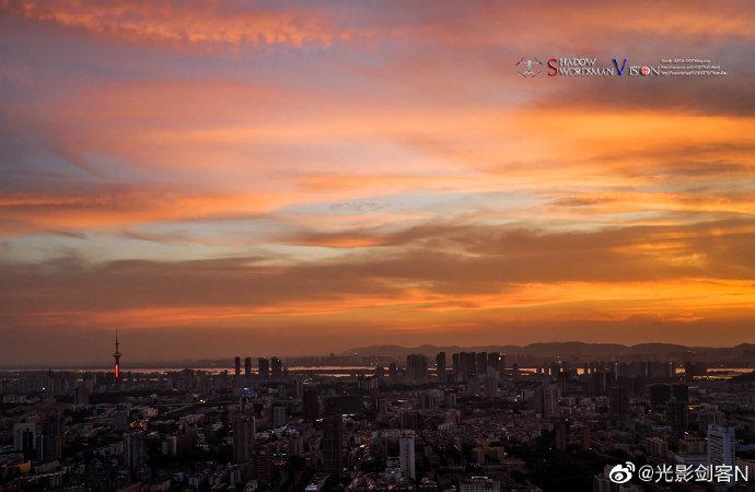 南京城市上空的晚霞带给都市别样的风景,霞光映照着高楼大厦