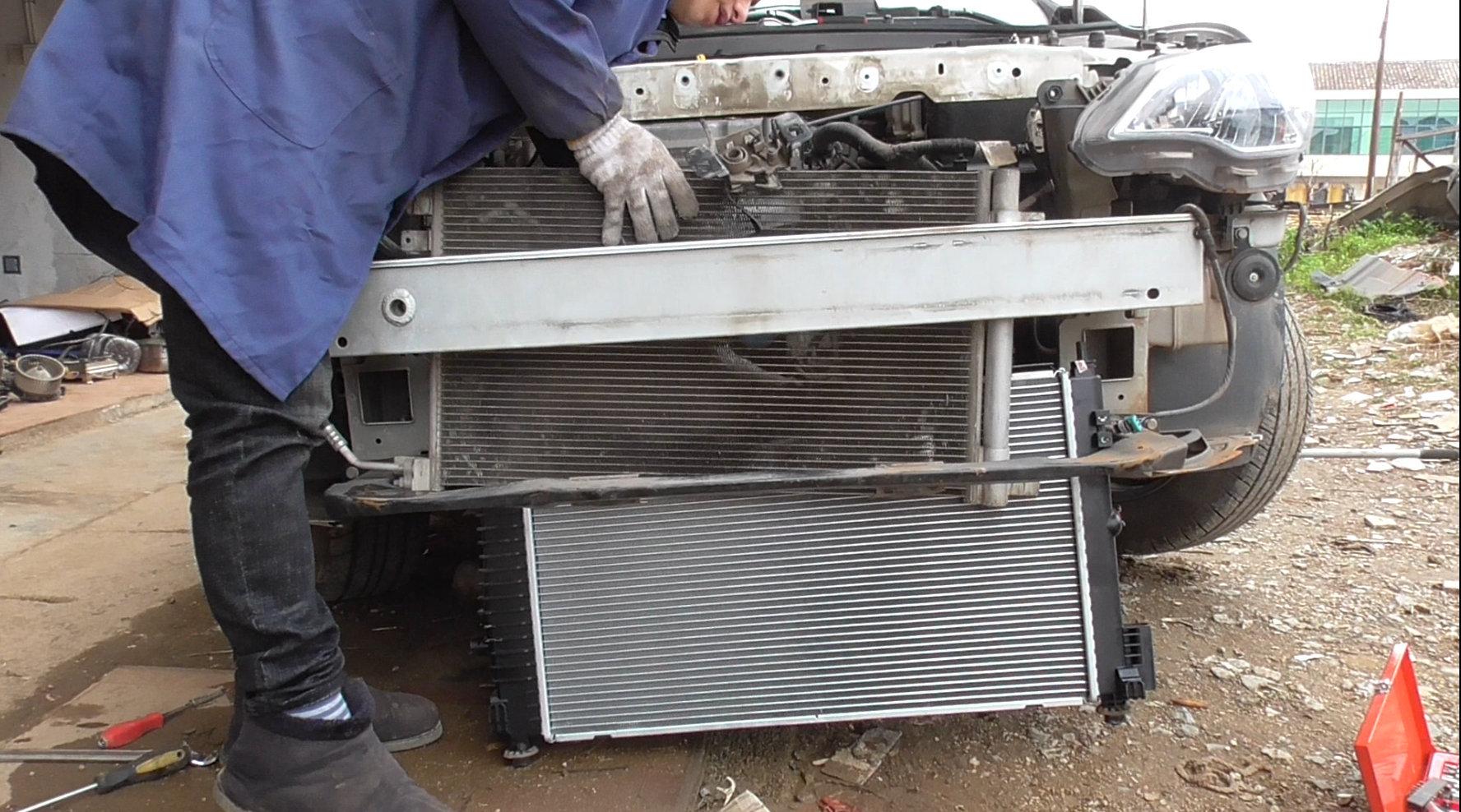 视频:雪佛兰科沃兹发动机高温时水箱漏水,看下汽车水箱更换的基本流程