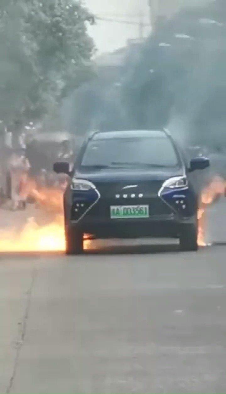 网曝一辆云度新能源汽车起火烧毁