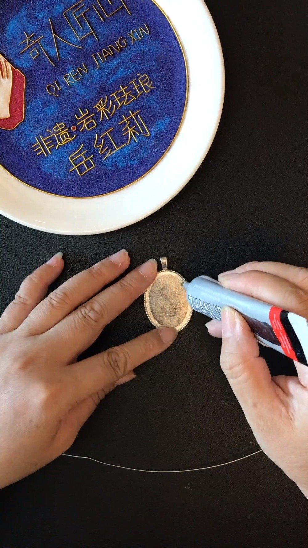 珐琅彩吸取了铜胎画珐琅的技法,在瓷质的胎上
