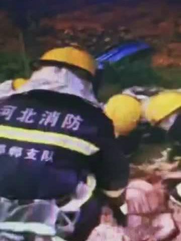 危急!发生车祸一女子被渣土掩埋 消防队员徒手从土里刨出…