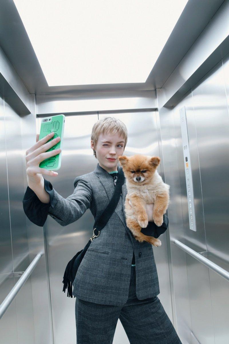 法国品牌Maje 2019秋冬季广告片,拍摄主题都是自拍,还有狗狗