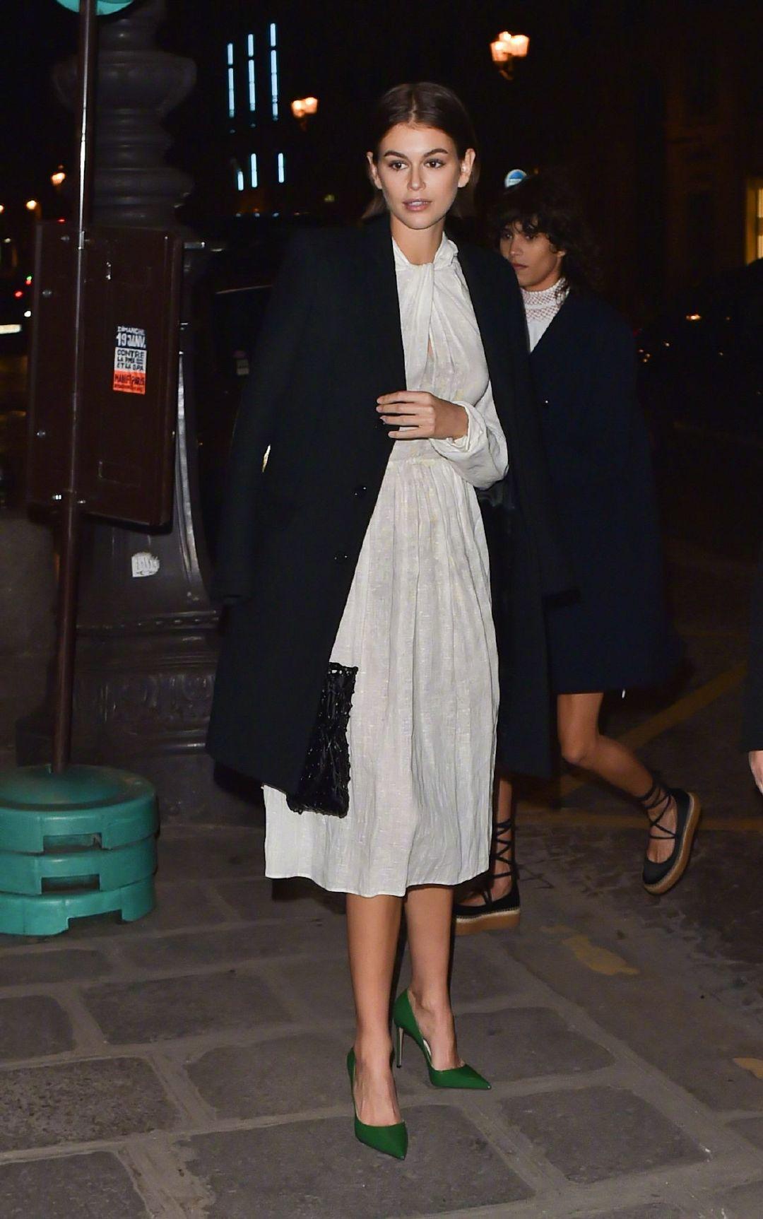 当地时间1月19日,在巴黎抵达Prada晚宴的Kaia Gerber 和Gigi Hadid