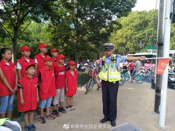 """小学生变身""""志愿者"""" 走上街头体验文明交通志愿者活动"""