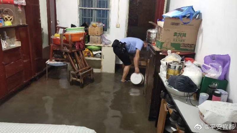 老人屋逢连夜雨,民警排水解烦忧