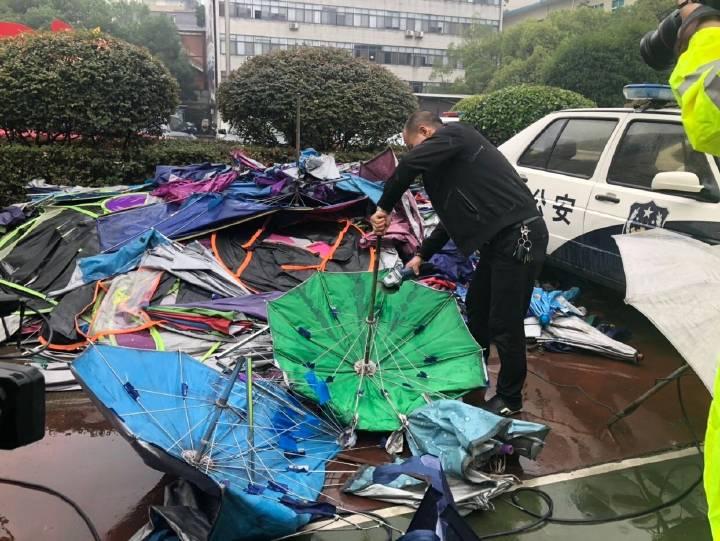 交警集中拆解雨伞    将重点整治摩托车违法行为