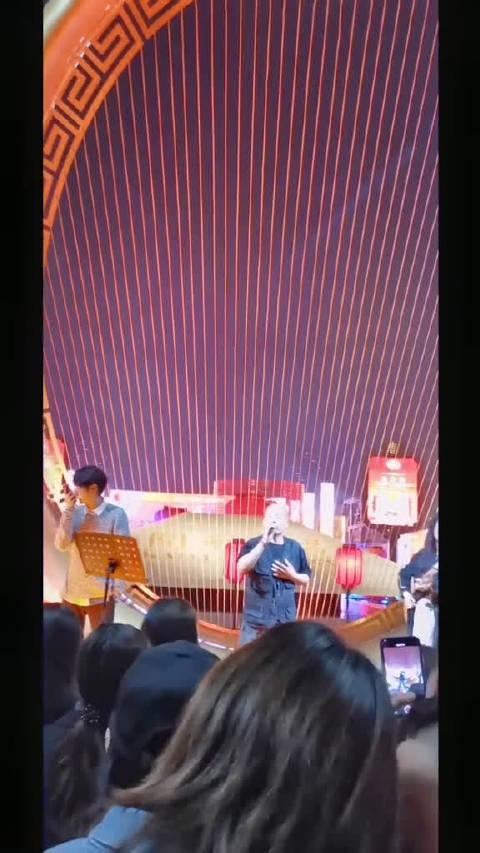 男子登上舞台抢过话筒自己唱歌