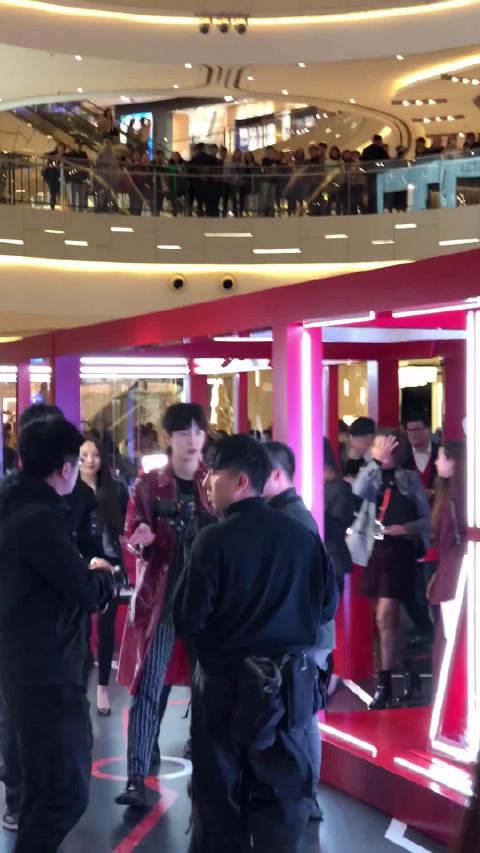 191114@@范丞丞Adam0616上海活动 一身红色PVC外套搭配黑色条纹西