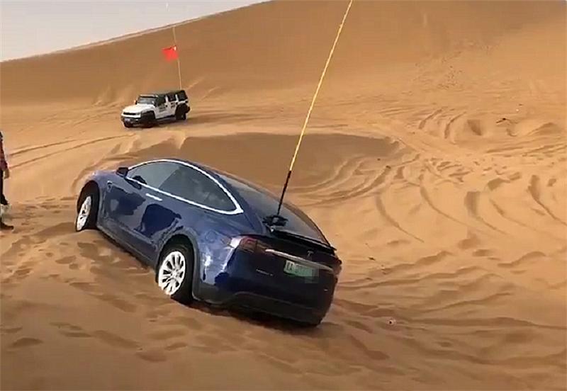 83万特斯拉现阿拉善,车身挂绿牌,配四驱系统,仍陷沙中需救援