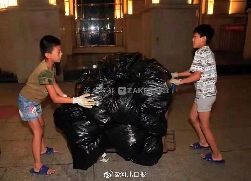 """""""爸妈工作很辛苦,我俩帮忙收垃圾"""""""
