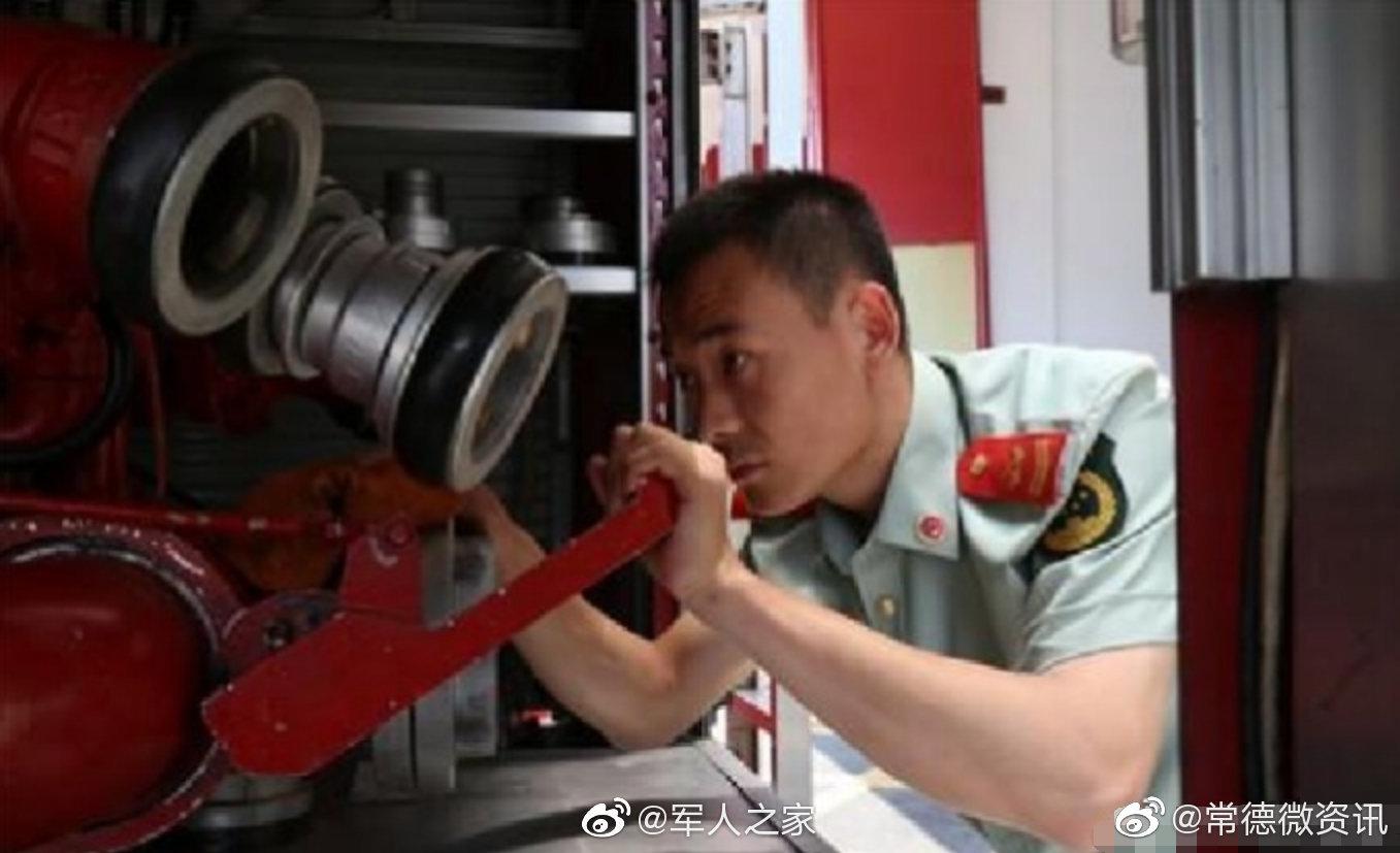 """2008年一支由32名消防官兵组成的""""常德敢死队""""奔袭千里"""
