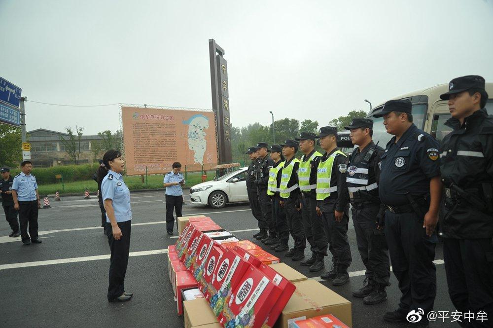 郑州市公安局政治部副主任郭锦艳到中牟高速卡点看望慰问执勤民警
