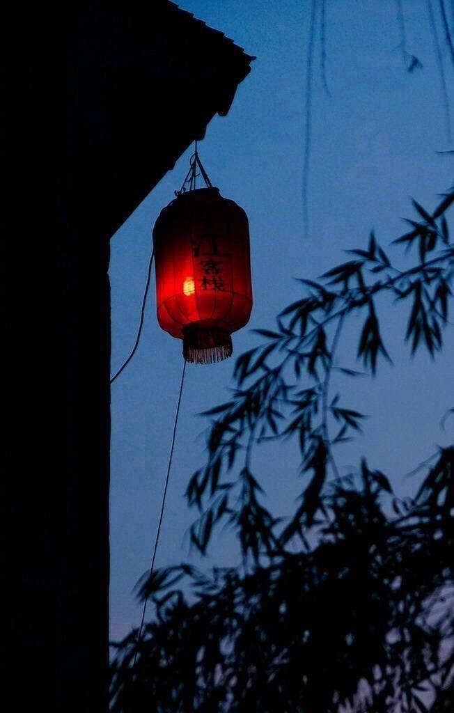 一巷一里一长灯,一桥一伞一相逢。一字一诺一空等,一回一渡一来生