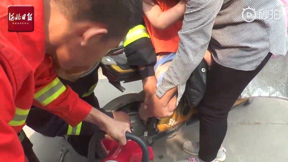 5岁男童脚卡电动自行车 邢台消防仅用23秒成功救援