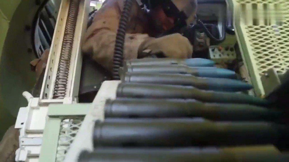 美国海军陆战队25mm机关炮火力倾泻~