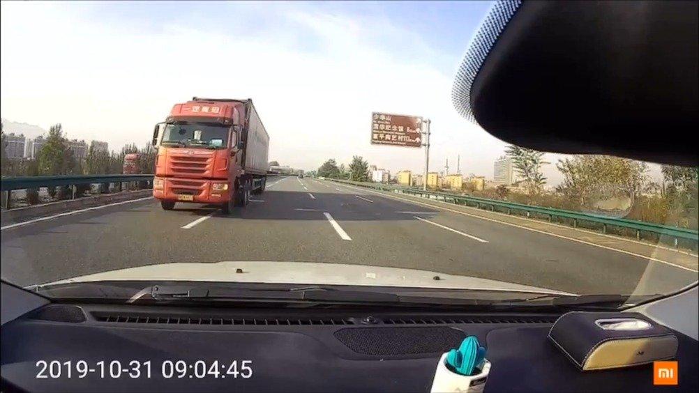 大货车高速逆行 太可怕