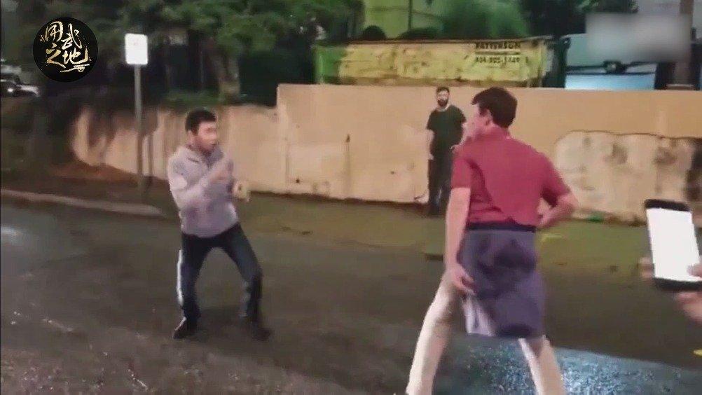外国人街头挑衅亚裔小伙吗,结果被一拳打挺