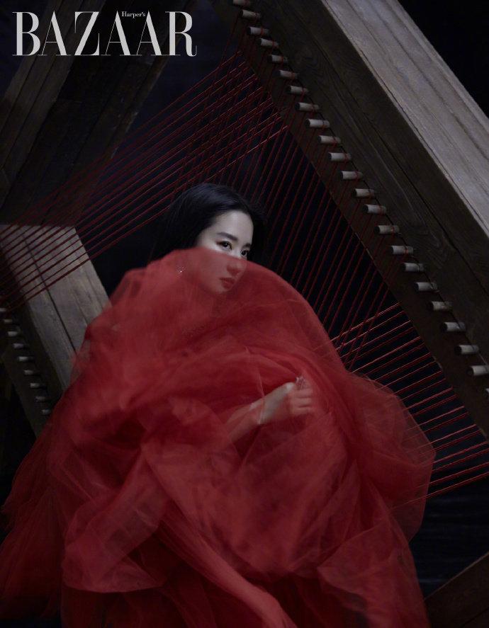 """时尚芭莎 *刘亦菲 /  颇具时髦感的飒爽英姿,期待""""木兰与我"""""""