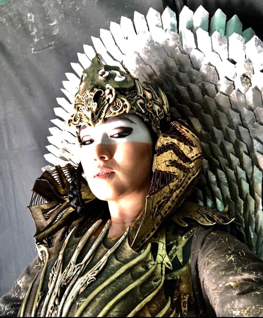 巩俐在《花木兰》中的女巫的造型自拍,好霸气呀!
